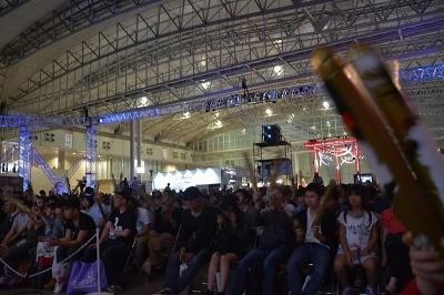 客席は自由席だが、開場後にすぐに満席になるほどの人気。立ち見も多かったことからeスポーツ人気がうかがえる。対戦ごとに大きな歓声で沸いていた