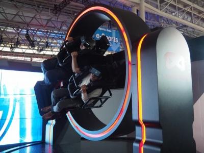 VR映像と連動し360度回転するVRマシン「GYRO VR」