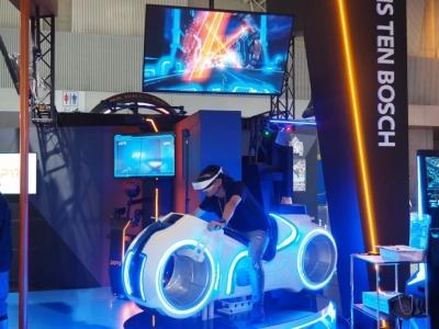 「AKIRA」や「トロン」などに出てきそうなバイクにまたがって体験する「PhotonBike」