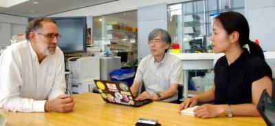 写真1●左から、MITメディアラボ教授のミッチェル・レズニック氏、青山学院大学客員教授の阿部和広氏、MITメディアラボ博士研究員の村井裕実子氏