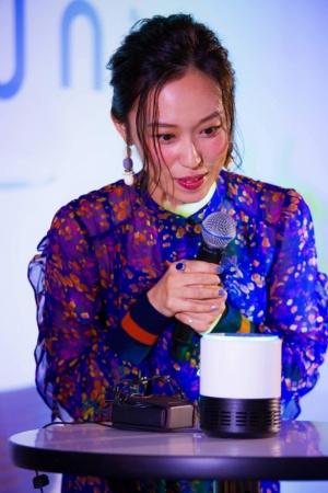 寿さんが自身で音声モデルを務めた「バーチャルアナウンサー沢村  碧」とAIスピーカーで会話し、あらためてその技術の高さに驚く一幕も