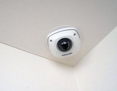 部屋の角にはカメラが設置されており、このカメラで取得した映像でAIが人の行動を解析する