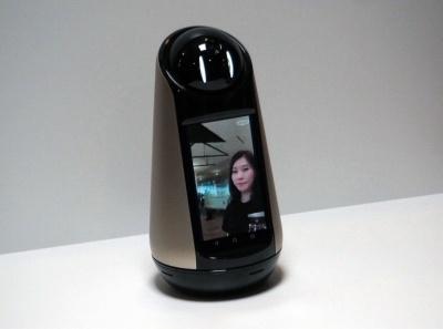 ボディー部分のディスプレーでSkypeによるビデオ通話などもできる