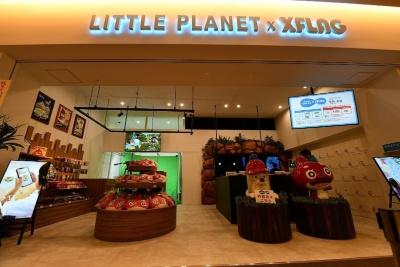 「Little Planet × XFLAG」の外観。右手に受付カウンター、左手には物販コーナーがある
