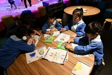 子どもたちに大人気だったデジタル紙相撲「PAPER RIKISHI」。まずは好きなキャラクターの塗り絵を完成させる