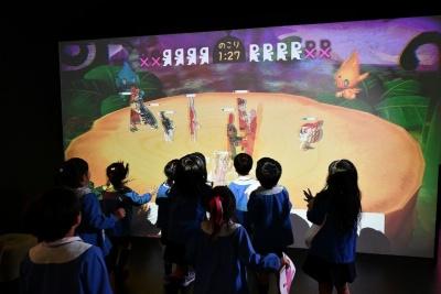 目の前の巨大スクリーンに自分が塗った絵がRIKISHIとして登場。バトルロイヤルを繰り広げる。各RIKISHIの強さは塗った色で決まる、とのこと
