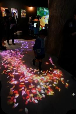 デジタル落ち葉遊び「DISCOVERY LEAF」。人が歩くと足下に投影された落ち葉が舞い散り、ときにはちょっとしたイベントが発生する
