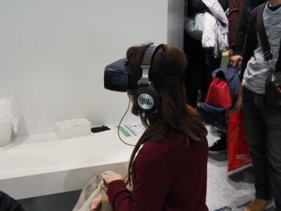 使用されているVRゴーグルは、サムスンの「Gear VR」。今年のモーターショー会場ではかなりの数に上る「Gear VR」が活躍していた