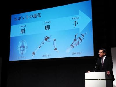 ソフトバンク代表取締役副社長・今井康之氏。同社はロボットの進化を3ステップで考えている