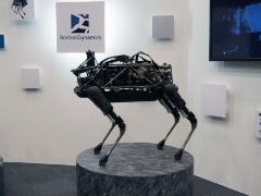11月に動画が発表された最新型とは違うが、Boston Dynamics社の四足歩行ロボット「Spot Mini」。「生き物を思わせる気持ち悪い動き」で一躍世界に名を轟かせた「BigDog」の後継