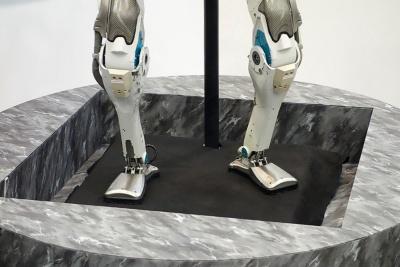 「Atlas」の足元。全身でバランスを取ることで、これだけの接地面積でも二足歩行が可能