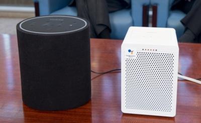 グーグルの音声アシスタント搭載のG3(右)と、アマゾンの音声アシスタント搭載のP3(左)