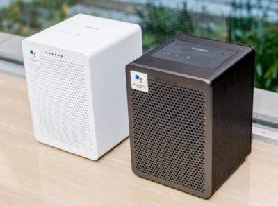 グーグルの音声アシスタント搭載のG3は、オーソドックスなスピーカーらしさを感じさせる箱型。黒と白の2色ある