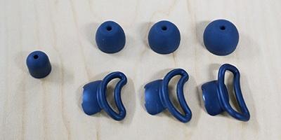 イヤーピースは、周囲の音が聞こえるオープンタイプ(左側の1サイズのみ)と、密閉性の高いカナルタイプ(右側上段の3サイズ)を用意。装着時の安定性を高めるアークサポーター(右側下段の3サイズ)も付属する