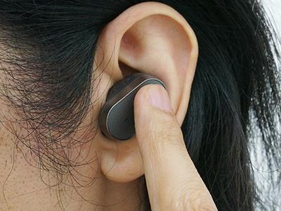音声操作は、本体のボタンを押すとアシスタント機能が起動。「お話しください」という声の後に話しかける。またボタンは長押しにも対応し、予定の確認や音楽の再生など、特定機能の起動に割り振ることもできる