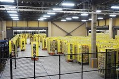 右奥の保管場所には棚がぎっしりと並んでいて、作業効率の向上だけでなく保管場所の省スペース化にも成功している