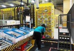 棚入れでは、商品の大きさに合った箇所に商品情報を登録して保管していく。収納する商品の基準は大きさと重さのみなので、本やシャンプーなどさまざまな商品が一つの棚に保管されている