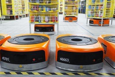 ARで導入されている自走式ロボット「ドライブ」は掃除ロボット「ルンバ」のような見た目だが、2倍以上の大きさで、人が歩くよりもやや速い秒速1.7mほどで移動する