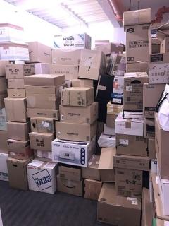 小さなオフィスは届いた買取品で溢れ返ってしまった