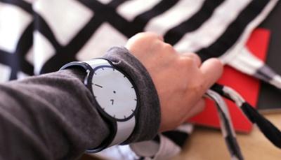 FES Watchは数字で「時」、針で「分」を表示する