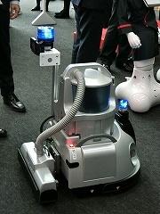 フィグラの「F.ROBOCLEAN」。以前から羽田空港に導入され、国内のオフィスでも100台が稼働しているという。ゴミを吸い取る掃除機タイプ、自律走行方式の業務用清掃ロボットで、今回新たに大型回転灯などを搭載した