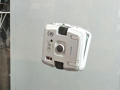 NGP-FOTECの「Windowmate」。永久磁石(ネオジム磁石)で窓をはさんで稼働する自動窓拭きロボット