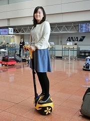 A.M.Y.クリエイティブの「INMOTION R1EX」。警備員が距離のある空港ロビーを移動するための立ち乗り型パーソナルモビリティー