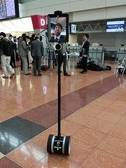 BRULEの「Double2」はテレプレゼンスロボット。ほかの案内ロボットと違い、外見がロボットらしくないシンプルなデザイン。ディスプレーが付いており、オペレーターは離れた場所で遠隔操作し、ビデオ通話で案内する