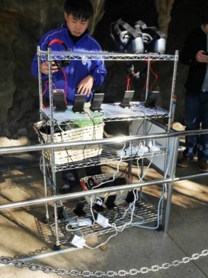 使用されたVRゴーグルのスマートフォンは、すぐさま充電台に置かれ、充電が終わったものから再度ゴーグルに装着されていく。こうしたオペレーションもとしまえんとしては初の試みだ