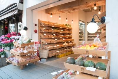 わずか8坪だが、九州産の野菜が豊富に並ぶ