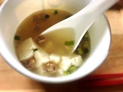 豆腐は湯を注いだ段階ではほぼ原形が保たれているが、軟らかいのでスープと混ぜると細かくなる。豚骨豆腐スープは(麺と比較するとボリューム不足ではあるが)、スープそのものが濃厚で食べ応えがあり、軽食としては十分だと感じた