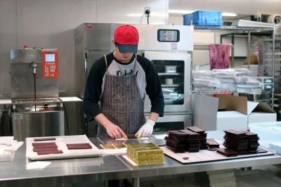 1階のショップ奥にはチョコレートファクトリーがあり、現在7人のスタッフが1日300~500枚のチョコレートを製造している