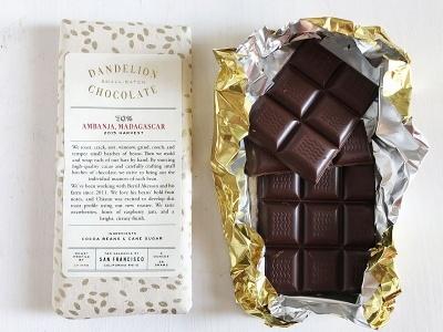 ダンデライオン・チョコレートの「アンバンジャ, マダガスカル 70%(56g)」(1200円)。マダガスカルのアケッソン農園のカカオを使用したチョコレート。フレーバーはレモネードのようなシトラスと強いベリー系の風味のコンビネーションで、同店のラインアップのなかで最も酸味が強いという