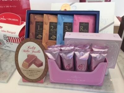 ローゼンハイム「ルビーミルフィーユ」(写真手前、1000円)、「チョコレートヒストリー」(写真奥、1800円)。全国の量販店で販売中