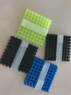 プラスチックの活字は成形時に収縮するが、厚みが違うと収縮の度合いも違ってくる。裏のピンが表の文字に影響して凹みができることもあるため、活字の製作には多くの時間がかかっている