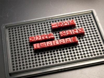 活字台に、活字を並べていく。左右が逆になることを考えてレイアウトしよう。レイアウトが決まったら、両面テープで活字を活字台にしっかり貼り付ける