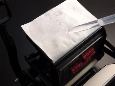 インキ台に付属の吸い取り紙をセットし、スポイトで水滴を垂らしてインキ台に吸い取り紙を貼り付ける