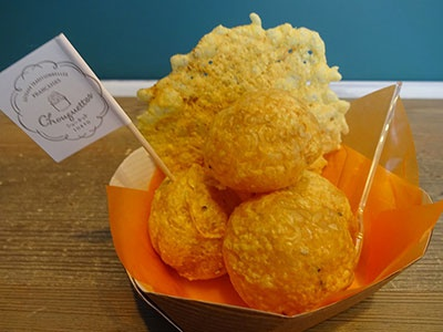 ペッパー入りのシュー生地にパルメザンチーズをのせて焼き上げた「シューケット・サレ」 (530 円) 。チーズにガラムマサラを加えて焼き上げたチュイール(瓦型のスパイシーなチップス)を添えている