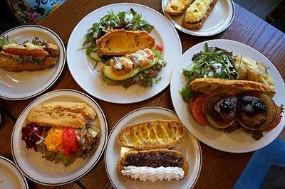 「ニコラハウス」がカフェで提供している「シューサレドイッチ」プレート(780円~960円、右端の「フォアグラプレミアムは5500円)。サクッとした食感で軟らかく、フランスパンのサンドイッチよりも断然食べやすい