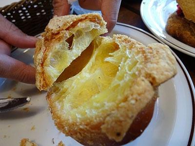 シュー生地の上にパルメザンチーズをかけ、バケット型で成型して焼き上げたオリジナルのシューサレ