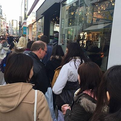 平日でも平均30人前後の行列ができる「クロッカンシュー ザクザク 原宿店」(渋谷区神宮前 1-7-1 CUTE CUBE HARAJUKU 1階)。営業時間は10~20時