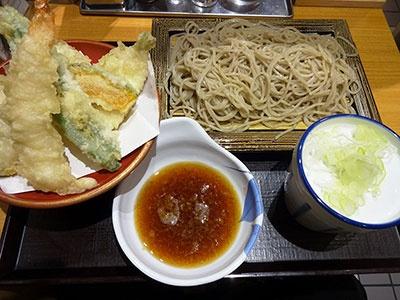 いわもとQの人気メニュー「天ぷらセット」(税込み580円)。天ぷらはエビ、キス、イカ、カボチャ、インゲンの5点盛り。天丼に合わせて衣を薄くしているため、軽く上品な仕上がり