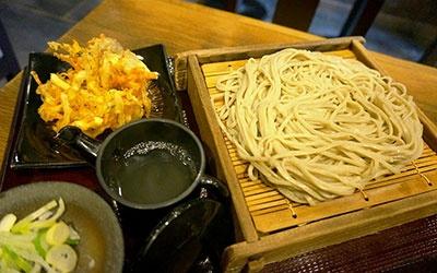 嵯峨谷はそば粉100%の十割そばの「もりそば」が税込み290円で食べられる。人気のかき揚げは税込み100円で、そばと合わせて390円(写真のそばは細打ち)