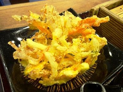 人気ナンバーワンの「かきあげ」(税込み100円)はふんわりと軽く揚げられていて、天ぷら専門店に劣らないクオリティだと感じた
