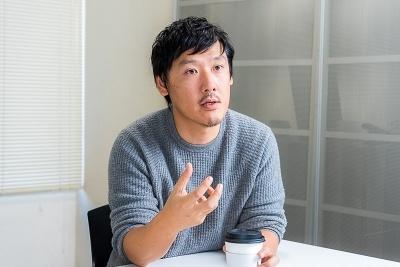 ベイクルーズ上席取締役副社長の野田 晋作氏は1976年東京都生まれ。高校を卒業後、文化服装学院ディスプレイデザイン科進学。卒業後、「エディフィス」のアルバイトとしてベイクルーズに入社し、24歳でPRに抜てきされる。プレスやクリエイティブ部門の統括責任者を経て現職。現在は主に経営企画、飲食、フィットネス部門の事業責任者を兼務。写真/シバタススム
