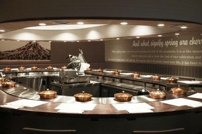 一人用の鍋が、カウンターを囲むようにぐるりと配置されている。ランチはすき焼き(1450円)、牛・豚盛り合わせのしゃぶしゃぶ(1500円)、ディナーは黒毛和牛ロースのしゃぶしゃぶ(4800円)などがある