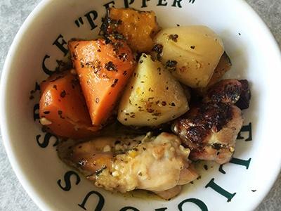 「鶏肉と野菜のハーブ焼き」は保存食ではなく家庭で調理したような食感で、家庭ではなかなか出せないハーブの効いた本格的な味付けだった