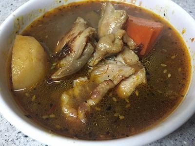 「スープカレー」は大きな肉と野菜がごろごろ入っていて、2人でシェアできそうなボリュームだった