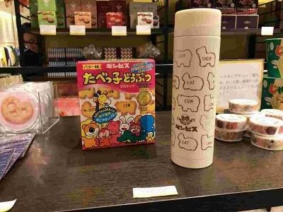 「ギンビス たべっこどうぶつ」の形をスタンプにデザイン化した「サーモマグ」(3240円)は、イラストレーターで スタンプアーティストAkko氏のデザイン