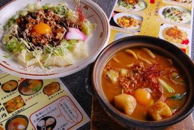 「三朝」の「台湾どてマヨ幅広きしめん」(写真左、1000円)、「台湾みそ煮込み」(850円)